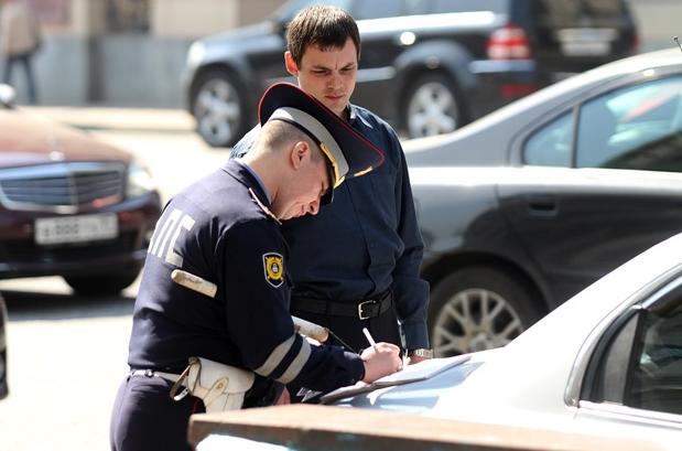 гаишник выписывает штраф за огнетушитель
