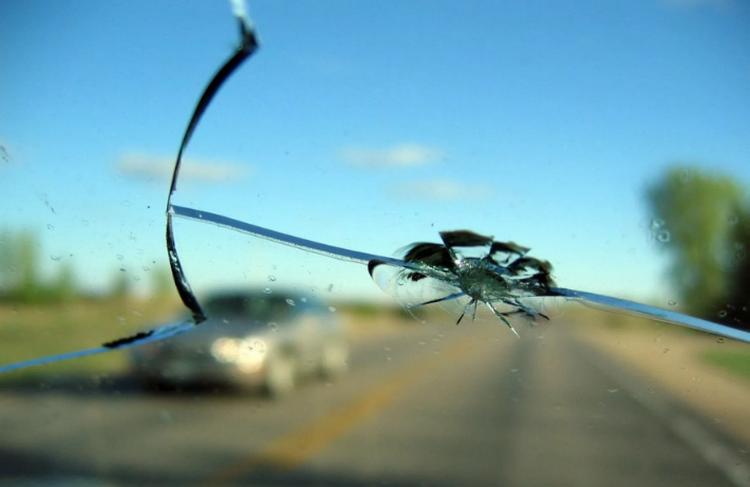 камень попал в стекло что делать